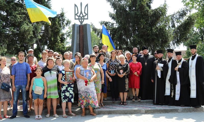 У Дніпрі відкрили та освятили пам'ятний знак загиблим десантникам
