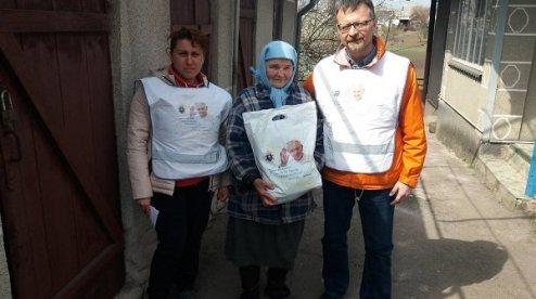 Християнська служба порятунку роздала від «Папи для України» понад 11 тисяч комплектів одягу мешканцям «сірої зони» Донбасу