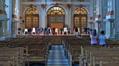 Влада Львова перепросила за йогу в католицькому храмі