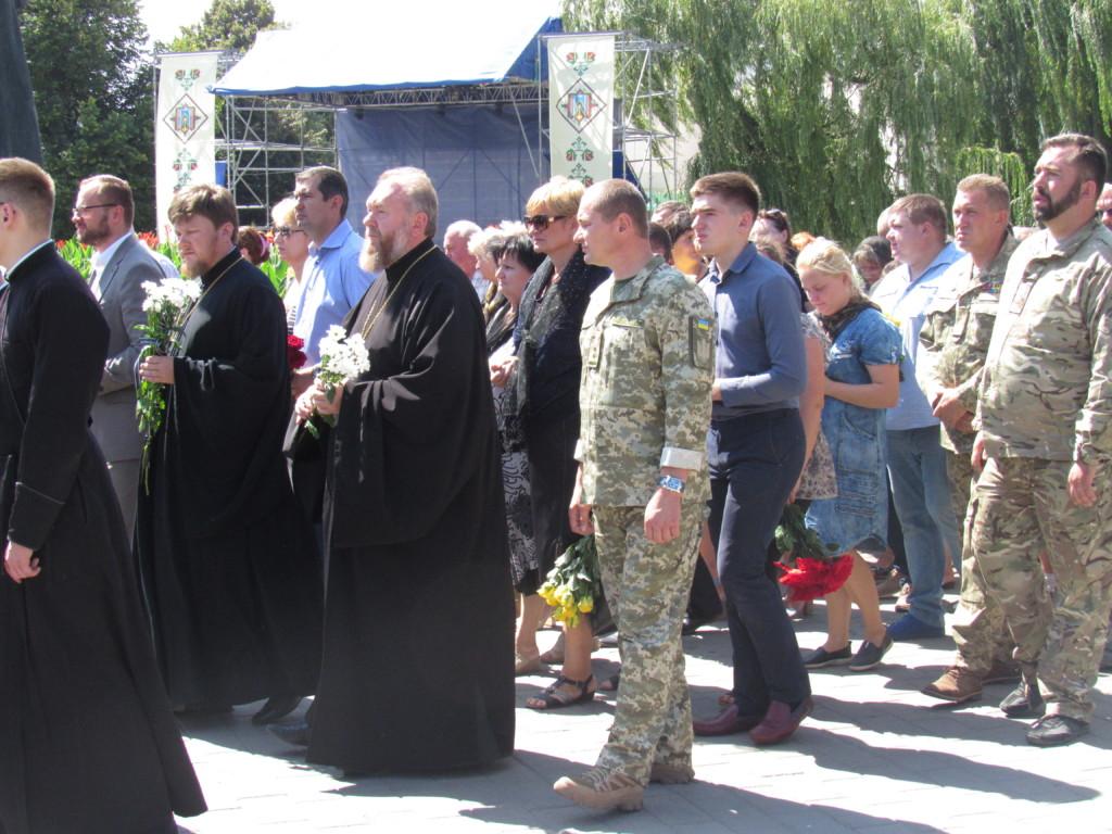 Священики УПЦ (МП) провели в останню путь бійця, а єпископ УПЦ КП освятив меморіал воїнам АТО