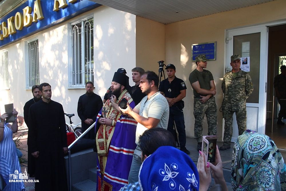 Військові не пустили громаду УПЦ на територію Одеської військової академії