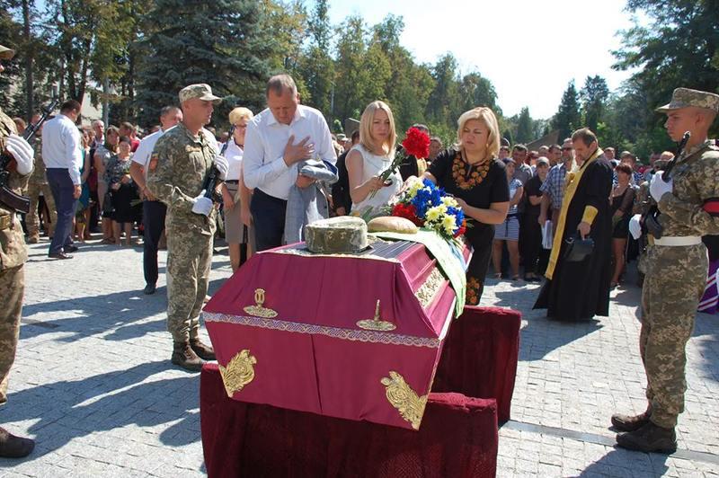 Архієпископ УПЦ КП відспівував бійця, який загинув від ракетного обстрілу з території РФ