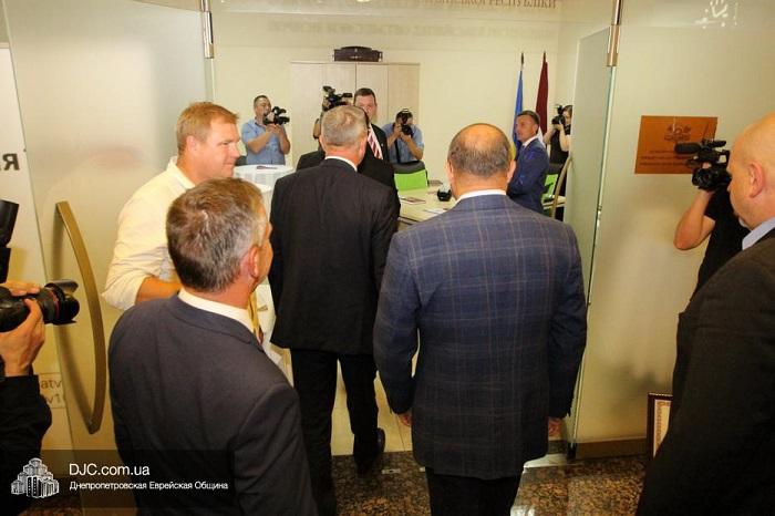 Крупнейший в мире еврейский центр «Менора» в Днепре стал местом расположения почетного консульства Латвии