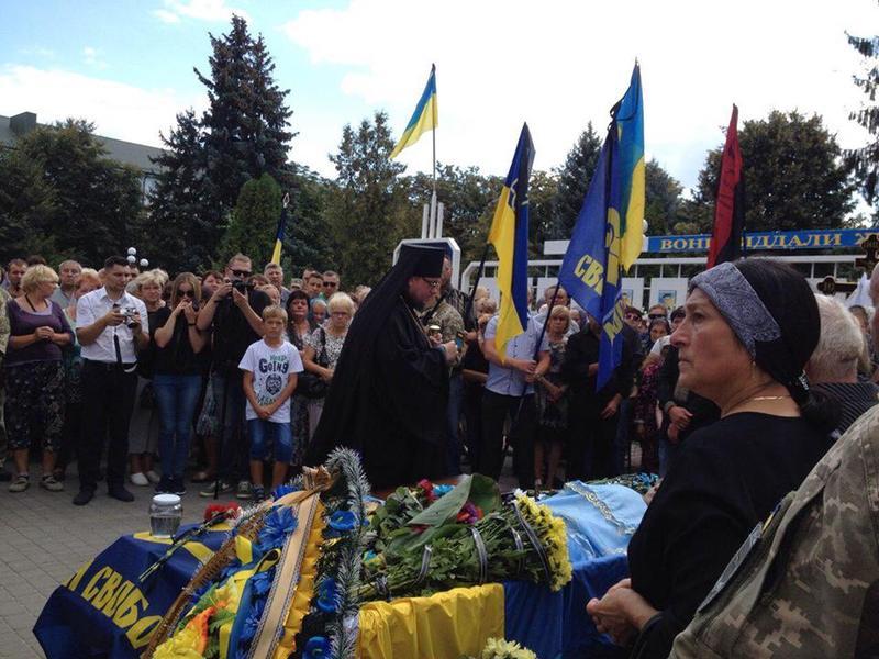 Єпископи УПЦ КП відспівують загиблих бійців АТО/ООС