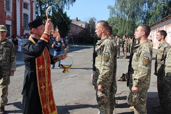 Священики УПЦ благословляють військових, передають їм грошову допомогу та відспівують загиблих