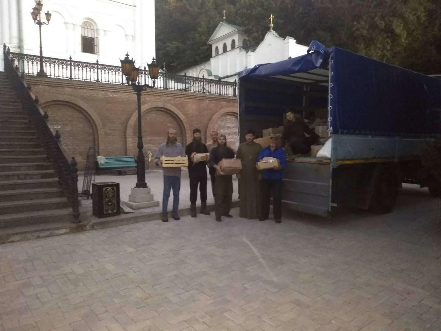 Єпархії УПЦ передали 5 тонн продуктів, одяг та шкільне приладдя для нужденних громадян