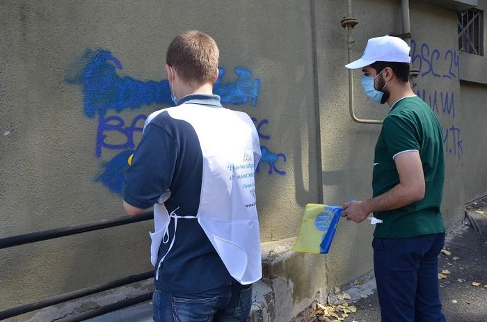 Мусульмани Дніпра взяли участь в акції замальовування реклами наркодилерів у підземних переходах