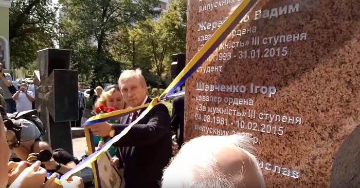 Біля міжконфесійного храму КПІ ім. І. Сікорського відкрили пам'ятник захисникам України