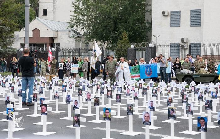 Біля посольства Росії відбулася панахида за бійцями АТО, що були розстріляні російськими військовослужбовцями