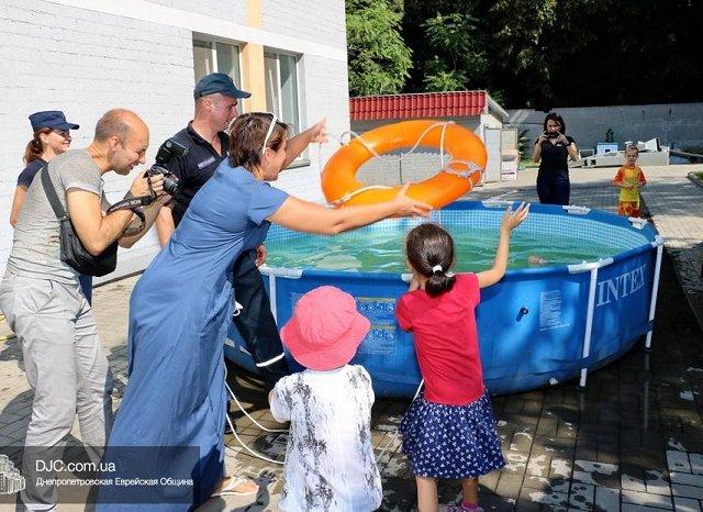 В Днепре сотрудники службы по чрезвычайным ситуациям учили детей-хасидов из детского сада быть спасателями