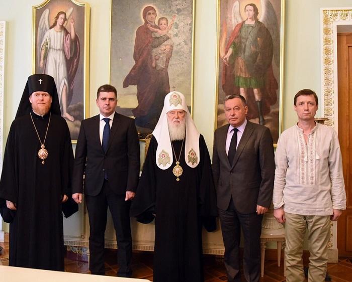 Патріарх Філарет нагородив дипломатів, які доклали значних зусиль для полегшення становища українських політв