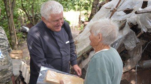 Католицький єпископ відвідав парафіян у зоні АТО/ООС