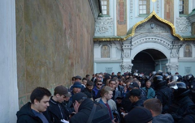 На праздник Покрова около киевской лавры задержали группу лиц и доставили для беседы в полицию