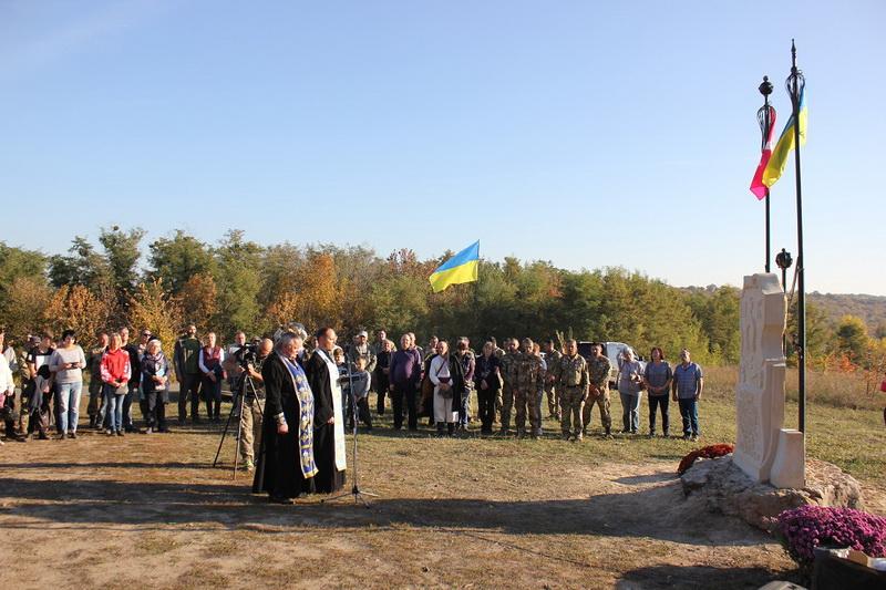 У Трахтемирові спорудили і освятили пам'ятник гетьману Петру Конашевичу-Сагайдачному і його козакам