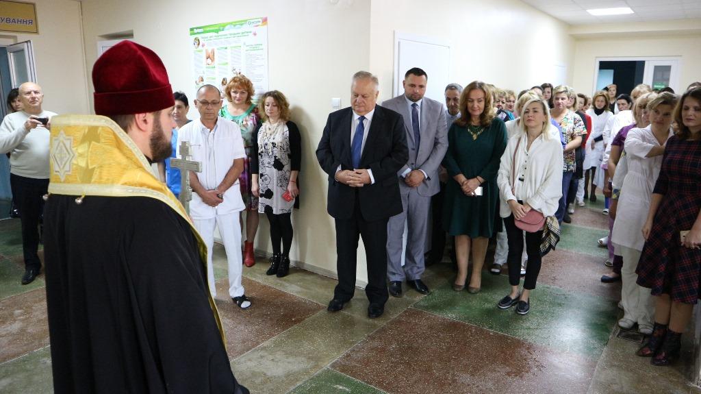 Архієпископ УПЦ КП освятив відділення міського пологового будинку в Рівному