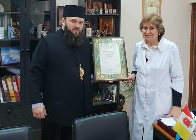 Єпископ УПЦ КП нагородив головного лікаря Одеської інфекційної клініки