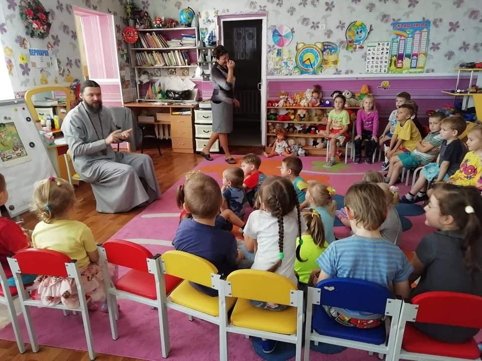 Архієпископ УПЦ КП відвідав дитячий садок у прифронтовій зоні