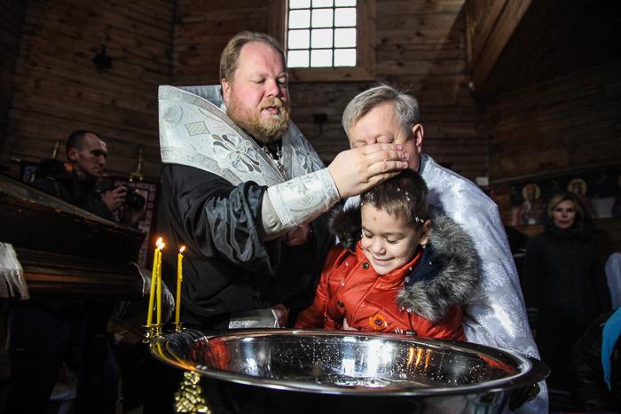 Єпископ УПЦ КП похрестив дітей з дитбудинків, попри протест митрополита УПЦ (МП)