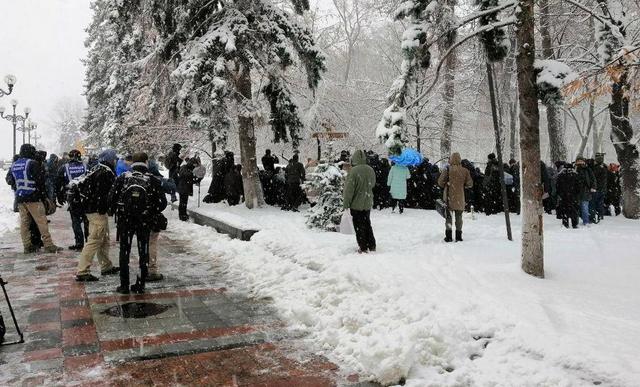 Віряни УПЦ прийшли до парламенту з протестом проти обшуків, допитів і Об'єднавчого Собору