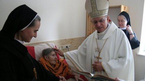 Католицький архієпископ відвідав хворих у львівському Домі милосердя