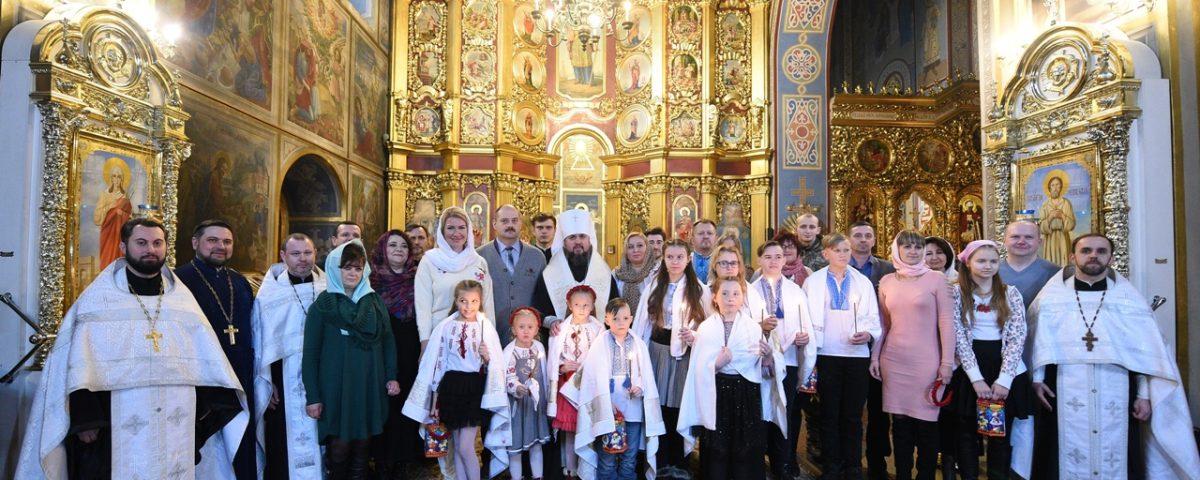 Митрополит Епіфаній охрестив 9 дітей з Макіївки і привітав політв'язня Романа Сущенка з 50-річчям