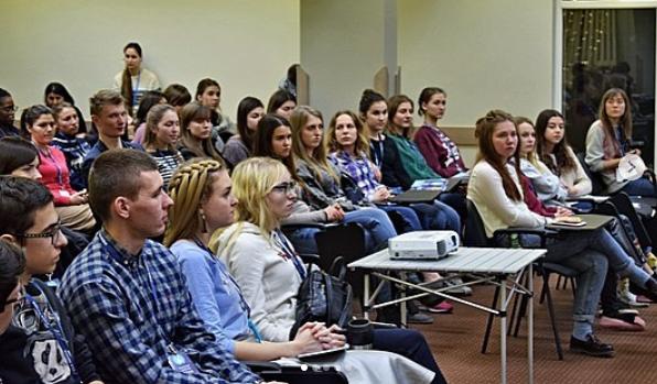 """Співдружність студентів-християн України проводить дискусію """"Бог і політика. Кому належить влада?"""""""