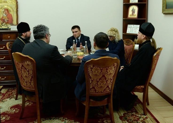 Глава ПЦУ обговорив з міністром закордонних справ України співпрацю у захисті українців-політв