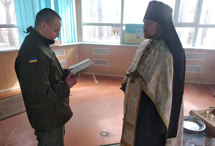 Капелани ПЦУ на Донбасі охрестили нацгвардійця і моляться за захисників країни