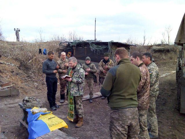 Капелани ПЦУ відвідують бійців у зоні ООС, у Києві, в Одесі