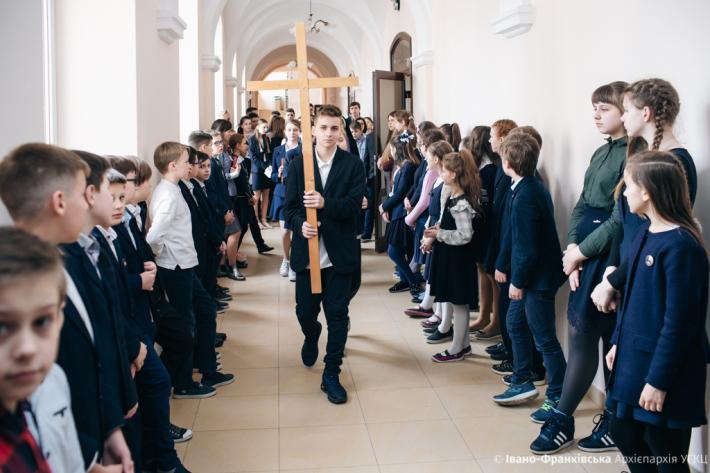 Коридорами івано-франківської гімназії пройшла хресна хода школярів