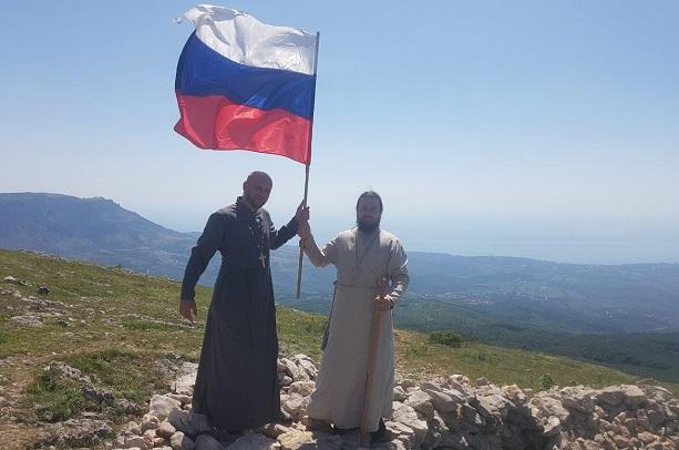 Священики УПЦ (МП) під прапором Росії влаштували хресну ходу в Криму