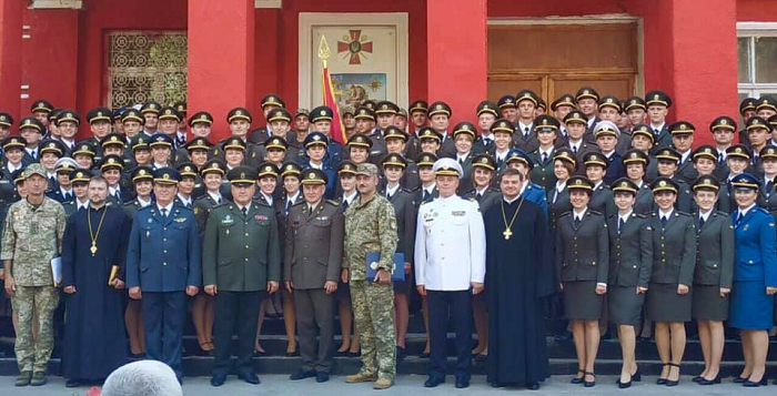 Священики ПЦУ і УГКЦ привітали випускників Української військово-медичної академії