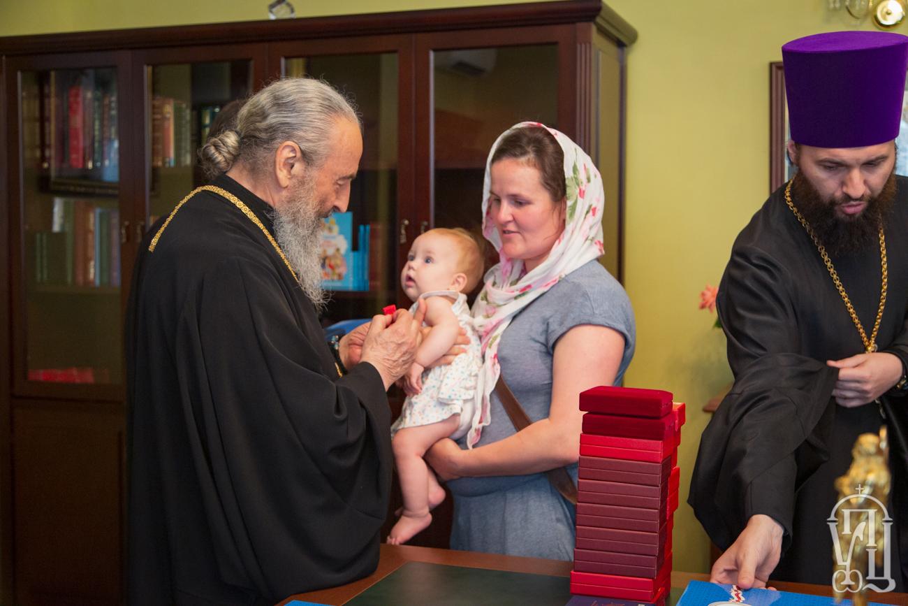 Митрополит Онуфрій нагородив матерів-героїнь церковними відзнаками
