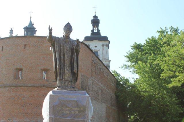 Площу святого папи Йоана Павла ІІ у Бердичеві готують до паломників з усього світу
