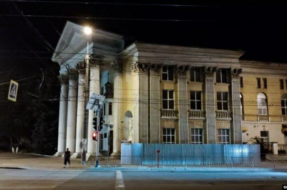 Власти Симферополя огораживают собор ПЦУ глухим забором