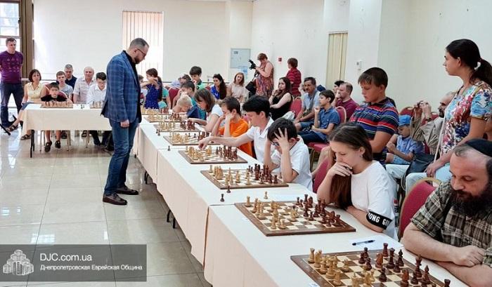 В днипровской «Меноре» прошла шахматная лекция и сеанс одновременной игры