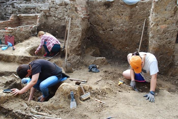 На території Ужгородського замку досліджують руїни середньовічної церкви