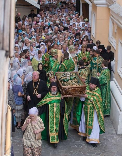 Во главе одесского крестного хода раку с мощами нёс священник из Константинополя
