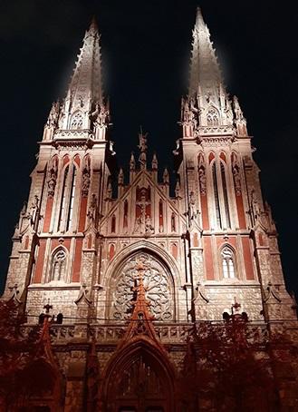 Для київського костелу встановили нічну ілюмінацію за нью-йоркською технологією