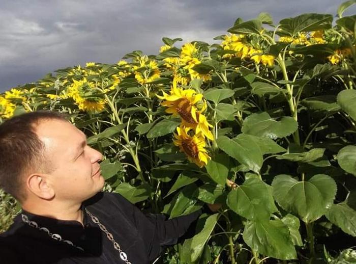 На Тернопільщині священник ПЦУ запустив флешмоб з соняхами