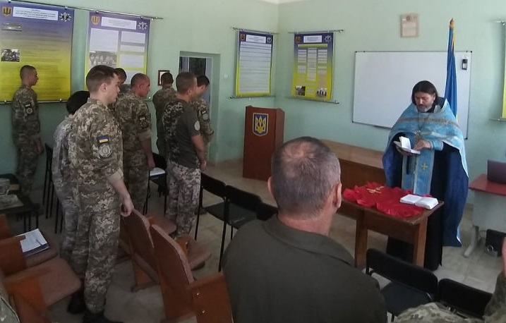 Священник УПЦ (МП) зустрів військових з ООС та помолився за їх щасливе повернення