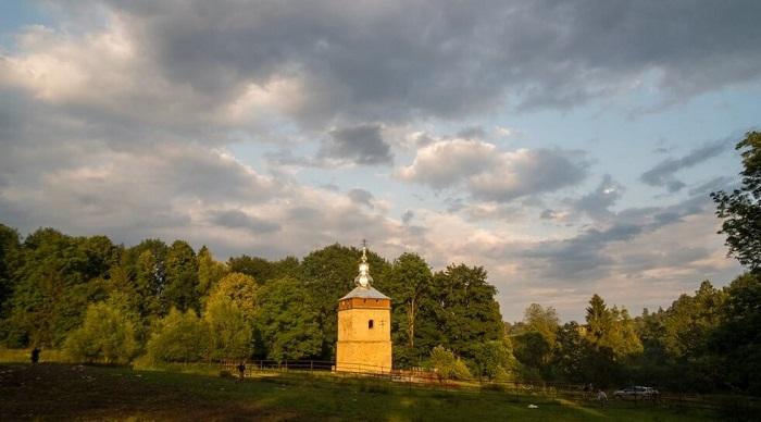 В лемківському селі Польщі врятували церковну дзвіницю
