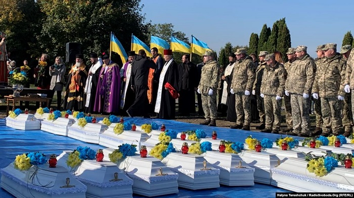 Священники ПЦУ, УГКЦ і РКЦ поховали останки жертв радянського режиму