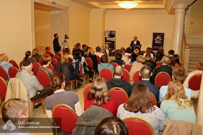 Поет-видавець Іван Малкович виступив у єврейському центрі Дніпра