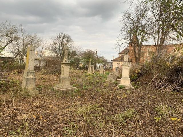 Консул Польщі у Луцьку уклав договір з волонтерами про розчищення кладовищ на Тернопільщині