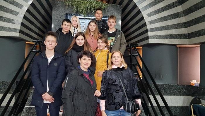 Фонд св. Варвари і священик ПЦУ організували дітям з Донбасу екскурсію в синагогу Дніпра