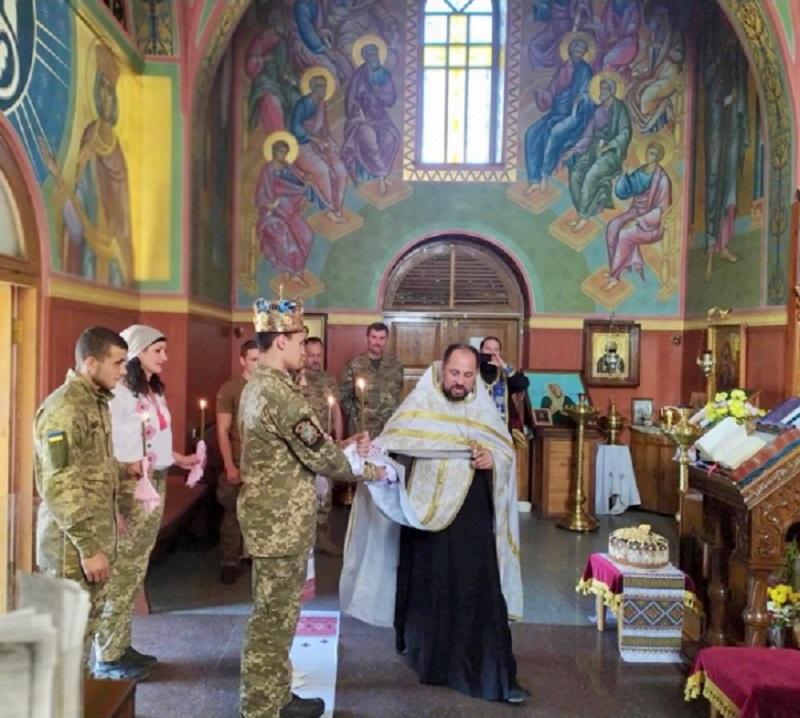 Духовенство УПЦ (МП) вінчає військових у зоні АТО/ООС і бере участь у реабілітації постраждалих від збройного протистояння