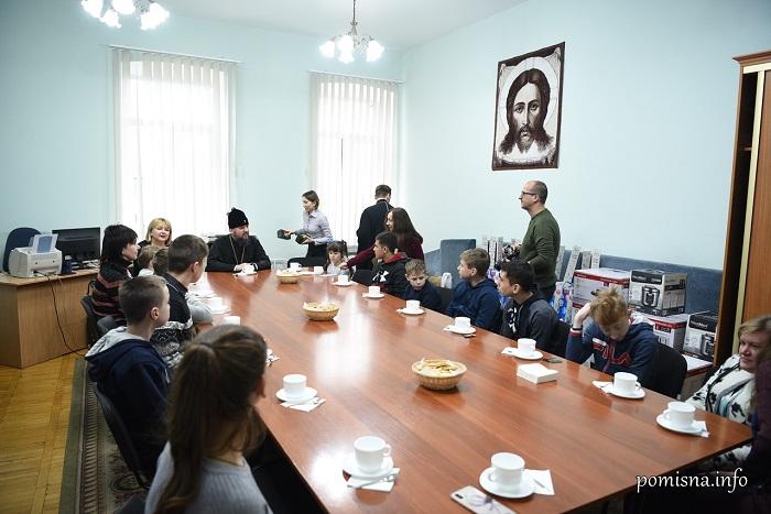 Глава ПЦУ передав побутову техніку «Охматдиту» і зустрівся з онкохворими дітьми