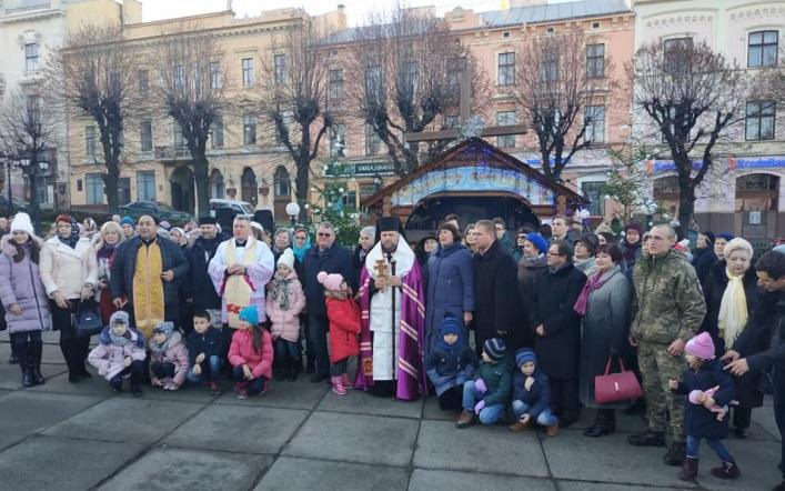 Єпископ УГКЦ освятив різдвяну шопку в центрі Чернівців