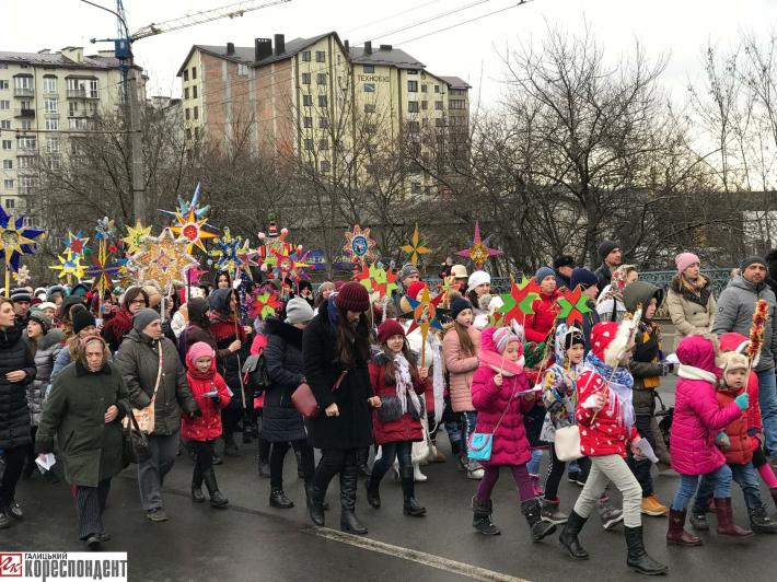 В Івано-Франківську встановили рекорд України під час масової ходи з різдвяними зірками